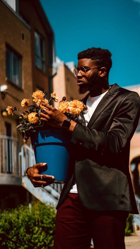 Hombre mirando ramo de flores