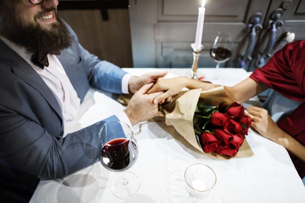 Hombre regalando ramo de rosas rojas para cumpleaños