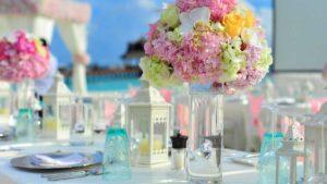 Centro de mesa con flores de colores