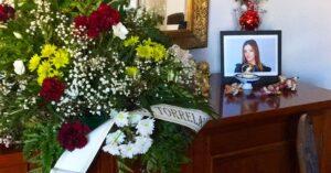 corona de flores junto a foto de aspirante a selectividad